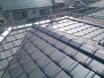 屋根を葺き替えました(和瓦→平板瓦)。古く傷んだ屋根が、新しい屋根材で葺き替えしたことにより、強度が増し、新築のように綺麗に仕上がりました。