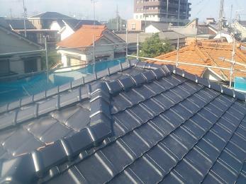 和瓦から、軽くて丈夫な平板瓦に葺き替えることで、建物への負担も軽減され、屋根が強化されました。