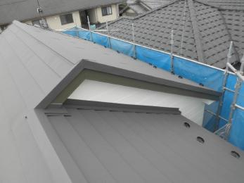 カラ―ベスト屋根からガルバニウム銅板へ重ね葺きをさせて頂きました!工期も短く廃材も出ないので一般的な葺き替えより費用が抑えられました。