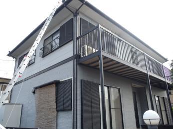 屋根の塗装が剥がれ、コケも生えていましたが、屋根の洗浄と塗装により、屋根が丈夫で、見た目も新築時のように綺麗になりました。