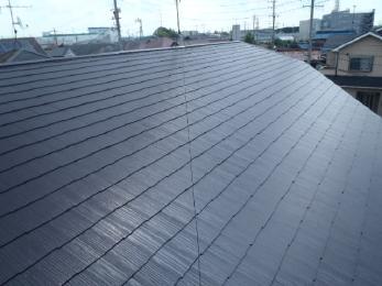 屋根の色を青からブラウンにイメージチェンジをし、剥げや汚れも綺麗に塗装させて頂きました。
