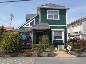 外壁の色を、黄色→緑色に大胆に変更することで、ガラッと見栄えが変わり、屋根の黒色、外壁の白色と緑色が際立つ高級感あふれる洋風なお家になりました。