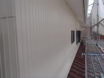 外壁の赤錆や、ひび割れがひどいためきれいにしてほしいとご依頼頂きました。
