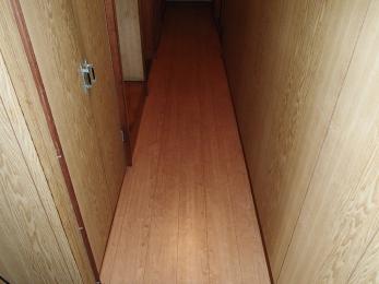 壁の木目調と統一感のあるモダンな床に仕上りました。