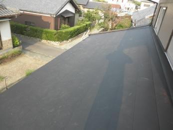 下屋根のみですが、カラ―ベスト屋根の上からカバー工法により施工させていただきました。廃材も少なく経済的ですね!
