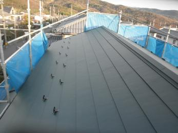 軽くて耐震性に優れたガルバニウム銅板屋根に葺き替えさせて頂きました。