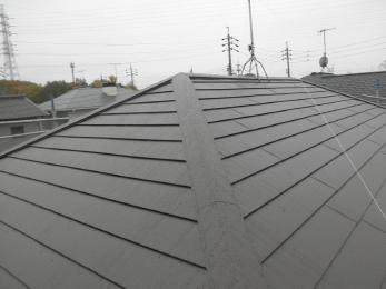 カバー工法によりガルバニウム鋼板屋根に施工させて頂きました。軽いので建物の負担になりにくいです。