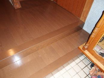 何十年もの生活の中で、色褪せてスリ減ってしまい、きしみのあった床が、新しい床に生まれ変わりました。