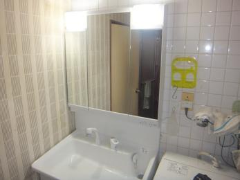 洗面台が明るく広くなり、忙しい朝の時間が楽しくなりますね。