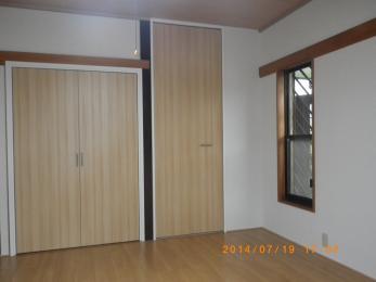 和室がリフォームにより、おしゃれな洋部屋に変わりました。畳が綺麗なフローリングになり、ふすまも綺麗な木目調になり、障子も窓になりました。