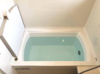長年使用してきた浴槽を今風にガラッとリフォームさせていただきました。模様付きの壁を使用し、新築のようになりました。