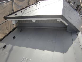 耐久性、断熱性、遮音性に屋根材ですので雨漏れの心配もなくなりました。