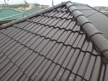 きっちりと塗らせていただきました。汚れも目立たなくなりました!屋根塗装するだけでも雨漏れの防止もできますよ。