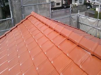 平板瓦に葺き替えさせていただきました。明るい色の屋根にすると気持ちも明るくなったような気がしますね!