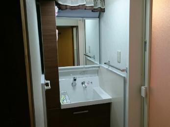 古かった洗面台が、モダンで新築のような高機能洗面台にガラリと変身しました!