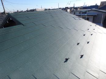 瓦から板金の屋根に変わり、重さが大分軽くなった為、躯体への負担が減りました。地震の影響も受けにくくなり、瓦がズレたり外れたり落ちたりするということも無くなり、安心して過ごせるようになりました。