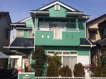 濃いめのグリーンにホワイトの窓枠が映えるとっても素敵なお家に大変身。期待以上の仕上がりと大変喜んで頂きました。