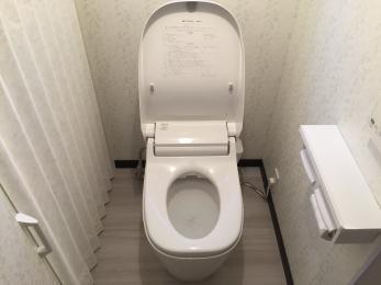 浴室はタカラのぴったりバスで少しの無駄もないサイズアップしました。足を伸ばせる浴槽はもちろん!将来の事も考え、車椅子でも楽に出入りできるように3枚引戸にしました。脱衣場、トイレも余計な仕切りをなくす事で収納力もある広々とした心地良い空間になりました。