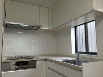しっかりとした点検から工事箇所を打ち合わせて決めたので、安心できる工事になった。キッチンがとても明るく使いやすくなった!