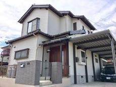 雨漏りが改善されたのはもちろん、高耐久の金属サイディングを採用することで塗装では実現できない外装リフォームとなった。全体的に明るいお家に仕上がり、雰囲気も一新できた。 ハウスメンテナンス