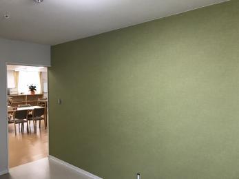 元々の黒色の壁紙から、新しい薄い緑色の壁紙に張り替えることで、ガラッと印象が変わりました。丁寧な施工でクロスのつなぎ目も全く分からないぐらいに綺麗に仕上がりました。