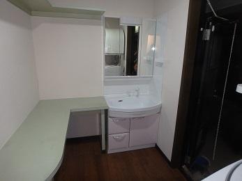 床も洗面化粧台もキレイになり、一気におしゃれな洗面空間になりました。 洗面化粧台の扉カラ―は、淡いピンクで温かく清潔感のある色合いになっています。