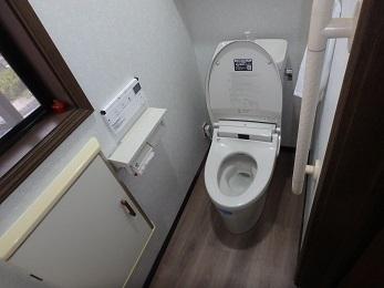 1階も2階もトイレも床も同じものを使用しました。 今回トイレは、LIXILのアメージュZを採用しました。  こちらのアメージュZは当社のお客様に一番人気の商品です。  トイレの床が一新され、一気にスタイリッシュなトイレ空間になりました。