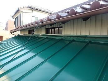 トタン屋根も波板もキレイになり、雨漏れの心配もなくなりました。 重ね葺きは、葺き替えよりも処分費が掛からない分、安く施工が可能です。 状態によっては、施工出来ない場合もありますが、 専門のスタッフが確認致しますので、一度無料点検をされてみてはいかがでしょうか? お問い合わせお待ちしております。