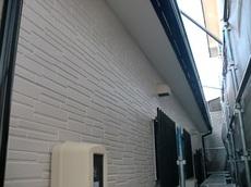 今回塗料はシリコン塗料を使用しました。 外壁塗装は、付帯物と言われる雨樋や雨戸なども塗装します。 オフホワイトに塗装され、明るくなりおしゃれな雰囲気になりました。 ハウスメンテナンス