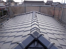 今回は平板瓦を使用し、葺き替えました。 屋根についているのは、雪止めです。 雪止めがあることで、雪が屋根から滑り落ち、雨樋が破損しないようになっています。  葺き替え工事には、今回使用した平板以外にも種類がありますので、 気になった方はお気軽にご相談ください! ハウスメンテナンス
