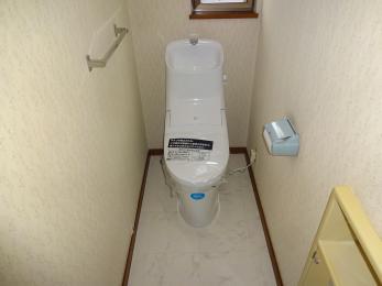 ブルーからホワイトに変身♪床も張替えましたのでトイレが明るくなりました。