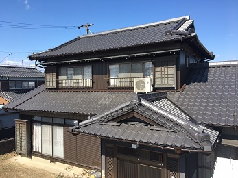屋根を、既存の屋根の約10分の1の重さの金属瓦に葺き替えました。屋根が軽くなることで、家の骨組みとなっている梁(はり)や柱への負担が大幅に減少し、家自体の重心が低くなることで、地震などの揺れの際に、揺れが小さくなり、耐震への対策になりました。