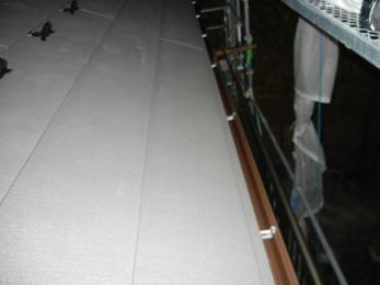 屋根は他社で数年前にスレートに葺き替え工事をされており、そこに重ね葺き工事をさせて頂きました。雨樋は自然災害による被害がありましたので、保険申請サポートをさせていただき、その保険金で交換させていただきました。雨漏れ等により屋根裏が湿気ひどかったので、軒天に通気口をサービス工事をさせていただきました。