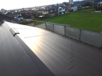 新築かと思ってしまう程、綺麗な屋根に生まれ変わりました! 既存の屋根を残し、新しい屋根材を上から重ねるカバー工法を選択しました。新しい屋根材は、遮熱性を備えた耐久性の高いガルバニウム製で断熱の入った屋根材なので、断熱効果もアップしました!
