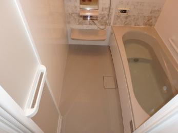 狭かったお風呂が広々と足を伸ばせて、半身浴も出来るお風呂に変身しました!1面のみ変えたアクセントカラーが映えてとっても素敵になりました♪