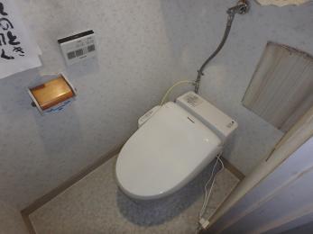 タンクレストイレになり、色も青から白にカラーチェンジ!清潔感あるトイレに♪