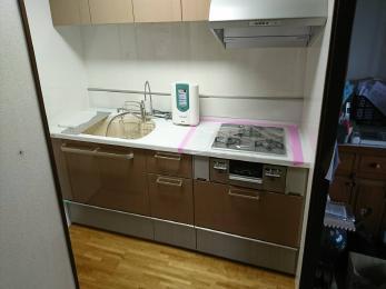 扉とシンクのカラーを統一し、落ち着いたキッチンに仕上がりました!トクラス独自の人造大理石で汚れが染み込みにくいのでお手入れも簡単です。