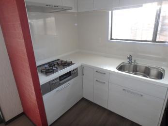 I型からL型にしました。清潔感のある真っ白なキッチンに赤のアクセントクロスが引き立ちますね♪