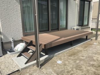 腐食に強くメンテナンスが楽な人工木を採用しました。屋根もつけましたので雨の日でも安心です♪