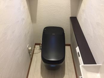 これぞ男のトイレと言わんばかりの存在感のあるカッコいいトイレに♪手洗いにはコーナーミドルキャビネットを設置する事で、収納力も確保したトイレ空間になりました。