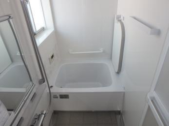 可愛らしいカラーから真っ白に変身しました!白で統一して清潔感のあるお風呂に仕上がりました。