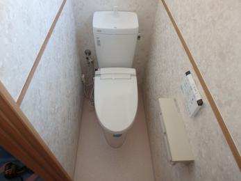 タイル貼りからクロスに交換しました。ホワイト系で統一し清潔感のあるトイレになりました。
