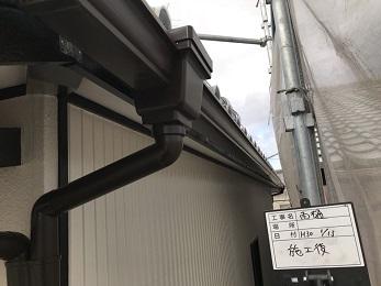 屋根棟の土が見えてる部分も漆喰で綺麗になり、劣化していた波板、雨樋も綺麗になり、外壁も光沢のある綺麗な仕上がりになりました。
