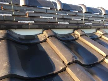 今回の工事で見させていただいた屋根は既存の棟の漆喰は取れていまして中も見えてる箇所もありました。