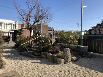 これまで以上に明るく落ち着いた趣のある庭園になりました。 お参りに来られる方達からもとても好印象です。 隣接している駐車場も遠方から車で来られる方にとって、すごく便利に使ってもらえてます。