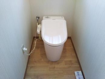 タンクレストイレにした事で見た目もスッキリしました。手すりも付けて立ち、座りが楽になりました♪