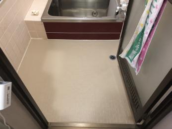 浴室床はクッション性のあるシートを貼った事で、タイルより踏み心地も良く、冷たくなく、とても快適です。 ドアもとてもスムーズに動き、いつ使えなくなるかの心配がなくなった。 玄関網戸もとても快適です。