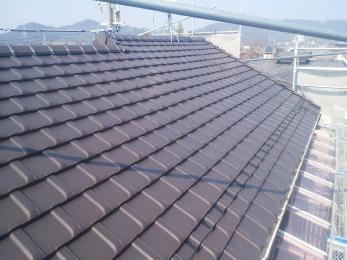 土葺きの瓦屋根から→土の無い空葺き防災瓦の屋根へ。その為前より軽量になりました。 防水シートを重ね貼りし、以前の下地より長寿命になりました。 外壁の色に合わせて瓦の色を選んで頂いて、美観も以前より良くなりました。 ハウスメンテナンス