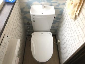 新しいトイレはとても機能的になり、対汚染性の高いアクアセラミックを採用した事でお掃除も格段にラクになりました。