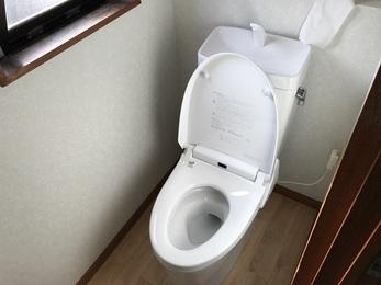 二階はクロスを貼り替えたことで、清潔感あふれるトイレの空間に、一階は今までシャワートイレがなかったので、より快適に使えるようになりました。